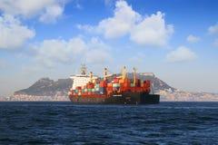 Containership de Handelaar van Calais in Algeciras baai in Spanje wordt verankerd dat Royalty-vrije Stock Foto's