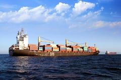 Containership de Handelaar van Calais in Algeciras baai in Spanje wordt verankerd dat Stock Foto's