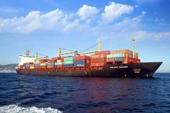 Containership de Handelaar van Calais in Algeciras baai in Spanje wordt verankerd dat Stock Afbeeldingen