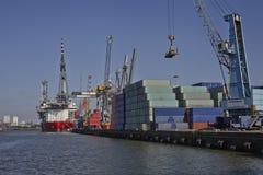 Containership med lastkranar Arkivbild