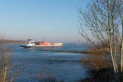 Containership op de rivier Waal in Nederland Stock Fotografie