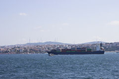 Containership på Bosphorus Arkivbilder