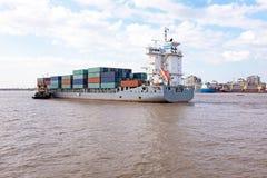 Containership på den Yangon floden nära Yangon Myanmar Arkivbilder