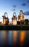 Containership que está sendo descarregado Fotos de Stock Royalty Free