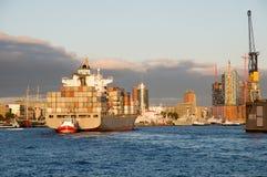 Containership w zmierzchu Zdjęcia Stock