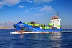 ContainershipNeuburg segling inom av den Alicante fjärden royaltyfri bild
