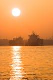 Containerships i mglista czerwień fotografia royalty free
