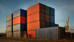 Containerstapels in de haven van Hamburg in goed weer stock foto
