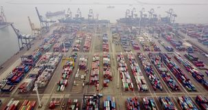 Containersterminal met vrachtschip bij haven stock footage