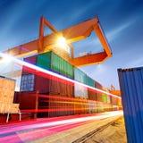 Containerterminal bij nacht stock foto