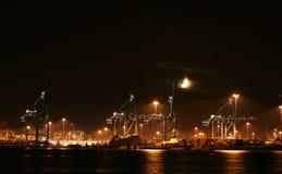 Containerterminal em a noite fotos de stock