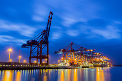 Containerterminal en el twiligh Fotos de archivo libres de regalías