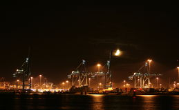Containerterminal por noche Fotos de archivo