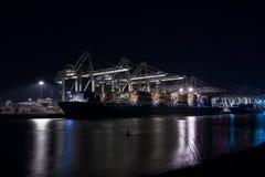 Containerterminal przy noc obraz stock