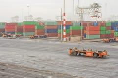 Containerterminal in Rotterdam met automatische voertuigen Stock Afbeelding