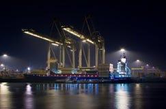 Containerterninal bij nacht Stock Afbeeldingen