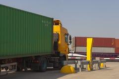 Containertruck på terminalen som är klar att leverera en behållare Royaltyfria Bilder