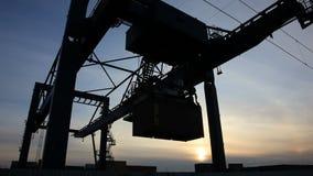 Containerumschlag an der Dämmerung stock video