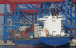 Containervessel in de haven van Hamburg Stock Afbeelding
