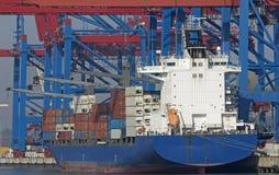 Containervessel nel porto di Amburgo Immagine Stock