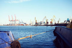 ContainerVrachtschip met werkende kraanbrug op scheepswerfachtergrond, Vrachtvervoer, Logistische Invoer-uitvoerachtergrond c Royalty-vrije Stock Afbeeldingen