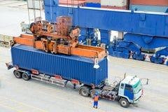 Containervrachtwagen die op de doos van de ladingscontainer aan vrachtschip wachten Stock Foto