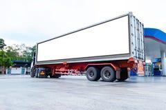 Containervrachtwagens Logistisch door Ladingsvrachtwagen op de weg Leeg wit aanplakbord Lege ruimte voor tekst en beelden stock foto