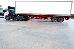 Containervrachtwagens Logistisch door Ladingsvrachtwagen op de weg Leeg wit aanplakbord Lege ruimte voor tekst en beelden royalty-vrije stock afbeelding