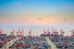 Containerwerf bij schemer stock afbeelding