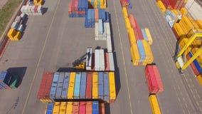 Containerwerf in de zeehaven stock footage