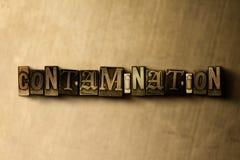 CONTAMINAÇÃO - close-up vintage sujo da palavra typeset no contexto do metal ilustração stock