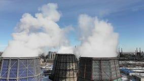 Contaminação, poluição, conceito do aquecimento global Fumo e vapor do central elétrica industrial video estoque
