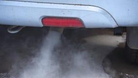 Contaminación ambiental del aire por el tubo de escape del coche almacen de video