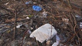 Contaminación ambiental, una pila de basura en la ciudad C?mara lenta almacen de video