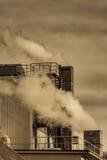 Contaminación atmosférica de la chimenea de una fábrica fotografía de archivo libre de regalías