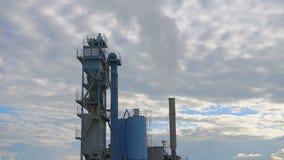 Contaminación atmosférica de las empresas industriales Tubos que lanzan humo en el cielo metrajes