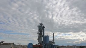 Contaminación atmosférica de las empresas industriales Tubos que lanzan humo en el cielo almacen de video