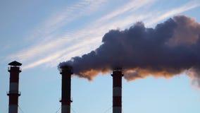 Contaminación atmosférica de los tubos de la planta industrial almacen de metraje de vídeo