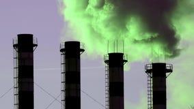 Contaminación atmosférica de los tubos de la planta industrial almacen de video