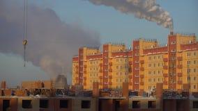 Contaminación atmosférica de plantas industriales Planta grande en el fondo de la ciudad Tubos que lanzan humo en el cielo almacen de video