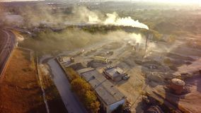 Contaminación atmosférica por el humo que viene hacia fuera chimeneas de la fábrica aéreo imágenes de archivo libres de regalías