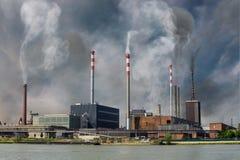 Contaminación atmosférica y concepto de la niebla con humo La fábrica está produciendo humo tóxico fotos de archivo libres de regalías