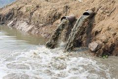 Contaminación de agua en el río fotografía de archivo libre de regalías