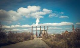 Contaminación de la atmósfera La ciudad de aguas amarillas, Ucrania imagenes de archivo