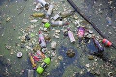 Contaminación de la basura de la basura en el lago Imagenes de archivo