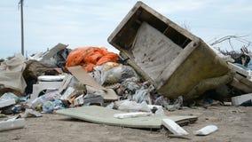 Contaminación de la basura en el bosque almacen de metraje de vídeo