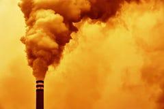 Contaminación de la chimenea de la fábrica Fotografía de archivo libre de regalías