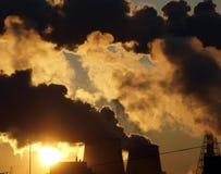 Contaminación de la industria, salida del sol urbana Imagenes de archivo