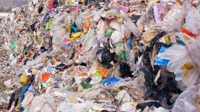 Contaminación de la naturaleza Ascendente cercano de la basura y de la basura