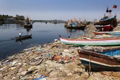 Contaminación de la playa del mar de Bombay Imagen de archivo libre de regalías